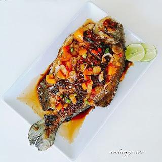 Jika selama bulan puasa ini anda belum menyajikan menu dengan bahan dasar ikan sama sekal Ikan Bawal Bakar Siram Kecap, Berbuka Jadi Lebih Manis